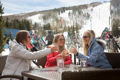 Apres ski drinks beers cocktails at Vail ski resort