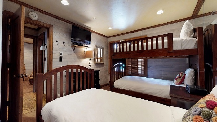 Family ski holidays in Vail Montaneros 3 bedroom apartments bunk bedroom for 3 people