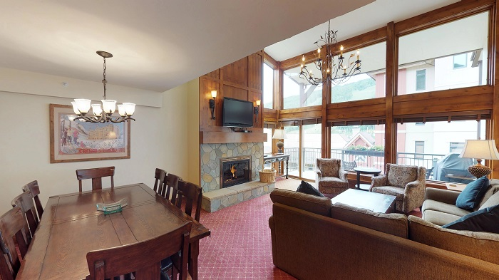 Vail ski accommodation Montaneros 3 bedroom apartment lounge and dining room
